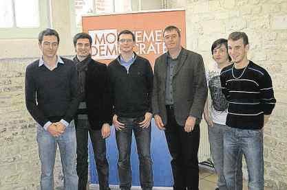 Autour de Nicolas Joyau (3e à gauche), le président des Jeunes démocrates du Calvados, Franck Faveur et François Bourguignon (1er et 2e à gauche), président et vice-président au niveau national ; Laurent Pien, maire adjoint de Condé-sur-Vire et des militants locaux.